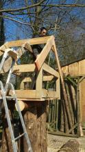 werken aan de boomhut voor konijntjes