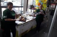 vrijwilligers verkopen kaarsen, snoep en knuffels